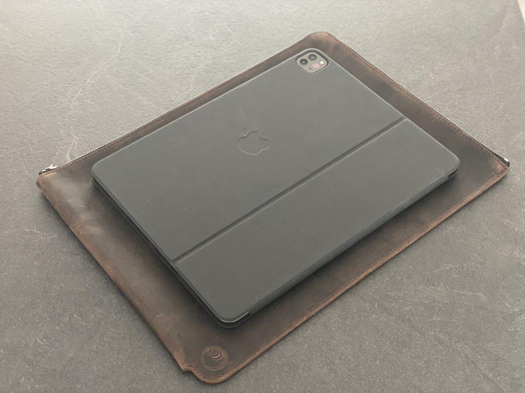 Größe des iPad im Vergleich zur Lederhülle